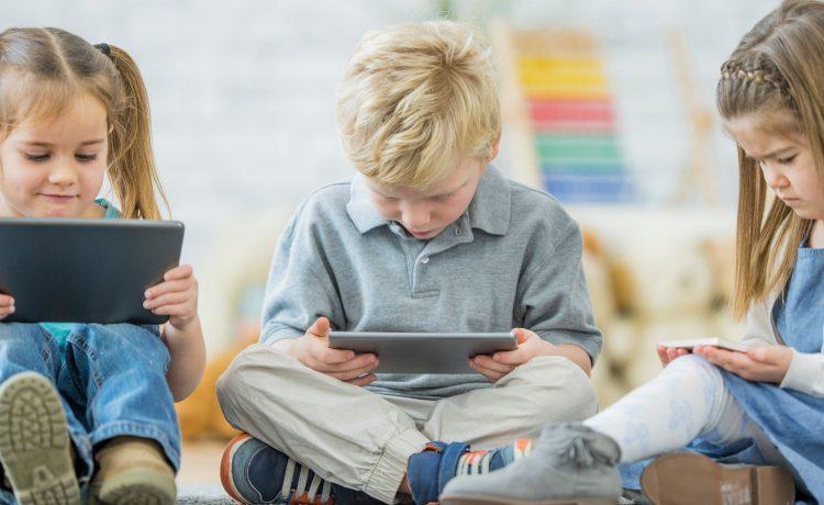 Bambini e tecnologia: condanna o beneficio?